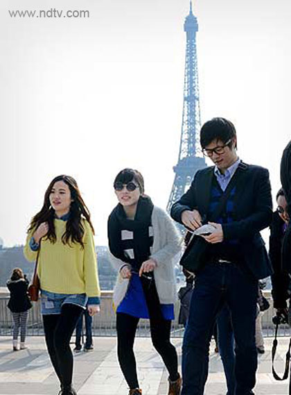Chinese-tourists-in-paris
